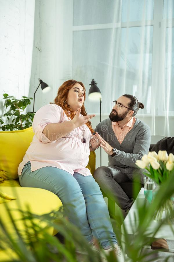Ragazza emozionale che gesticola mentre parlando con lo psicologo fotografia stock