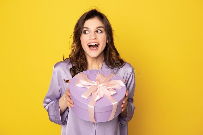 Ragazza emozionante felice che tiene scatola attuale festiva fotografie stock libere da diritti