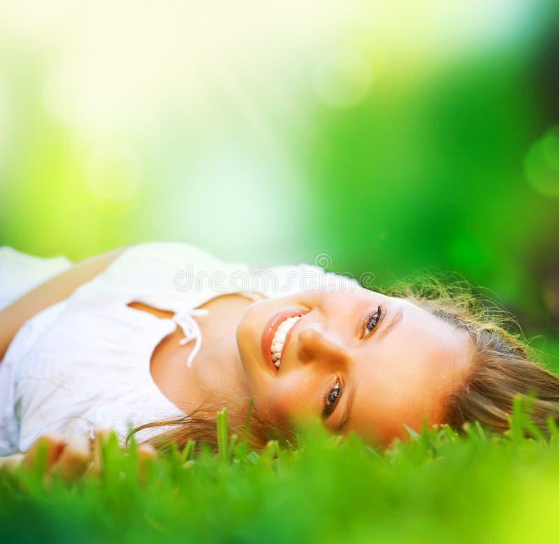 Ragazza in erba verde fotografia stock libera da diritti