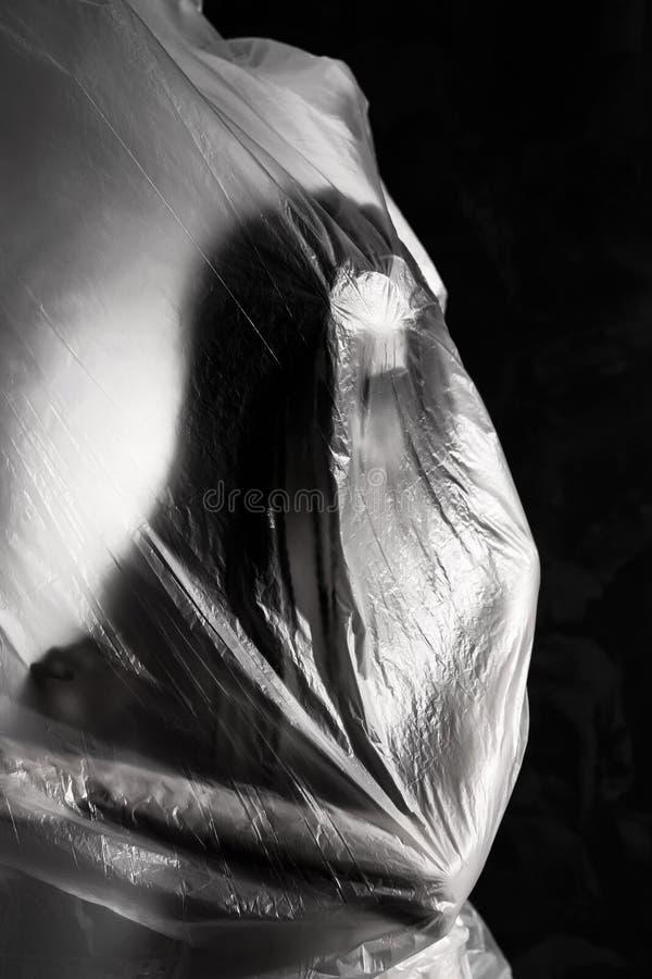 Ragazza esile vestita soltanto nella posa della biancheria intima emozionalmente, avvolta nell'ondeggiamento nel vento e nella mi fotografia stock libera da diritti