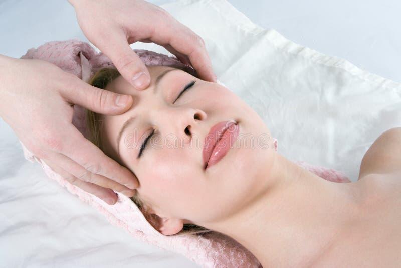 Ragazza facciale di bellezza di massaggio della stazione termale immagine stock libera da diritti