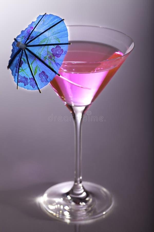 Ragazza facile Cocktail rosa del partito con l'ombrello blu fotografia stock