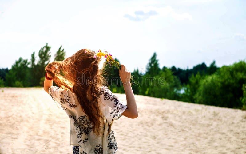 Ragazza felice che balla nei raggi di bello tramonto nel parco bella ragazza nell'ambito dei raggi di un tramonto caldo fotografia stock libera da diritti