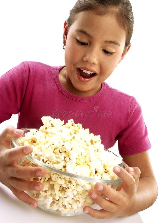 Ragazza felice che osserva popcorn fotografie stock libere da diritti