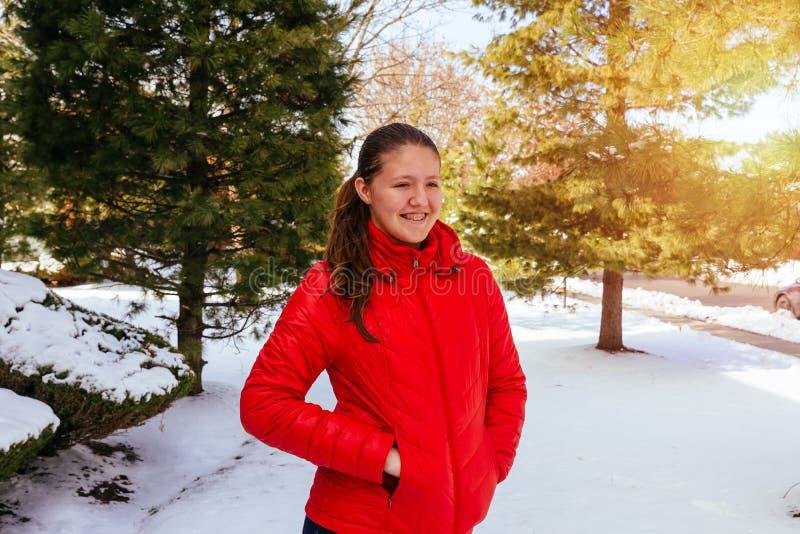ragazza felice che ride, godendo della neve di vita all'inverno all'aperto fotografia stock libera da diritti