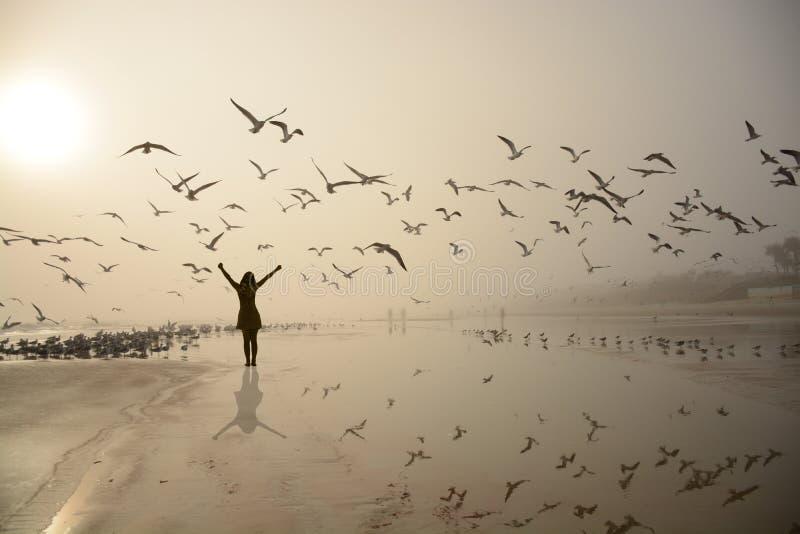 Ragazza felice che si rilassa sulla spiaggia immagine stock libera da diritti