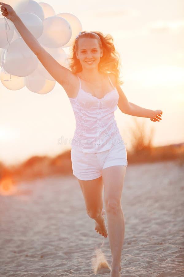 Ragazza felice con gli aerostati fotografia stock