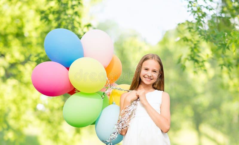 Ragazza felice con i palloni sopra sfondo naturale immagine stock libera da diritti