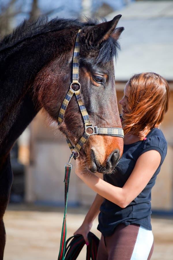 Ragazza felice con il cavallo immagini stock libere da diritti