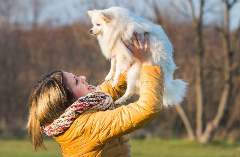 Ragazza felice con il suo piccolo cane fotografia stock libera da diritti