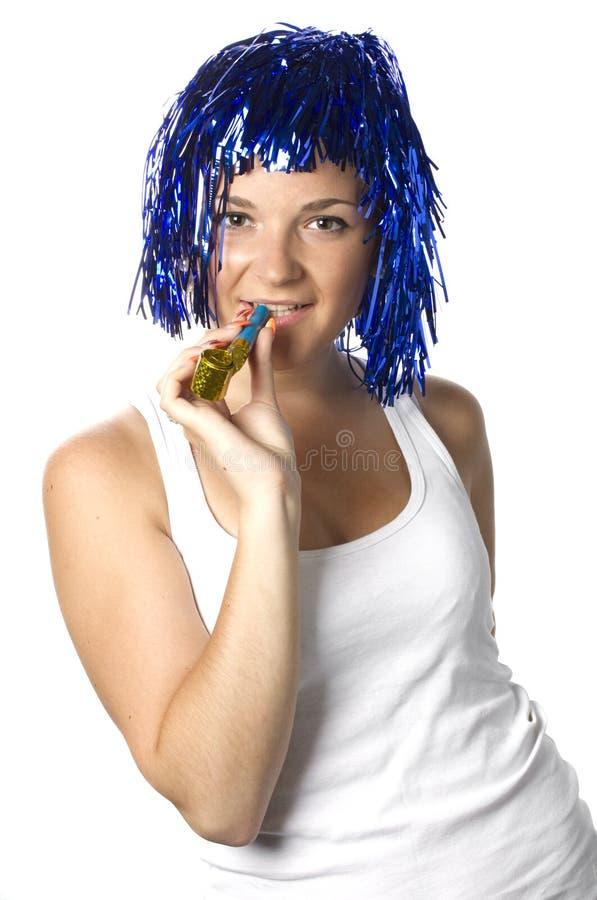 Ragazza felice con la parrucca blu pronta per il partito fotografia stock libera da diritti