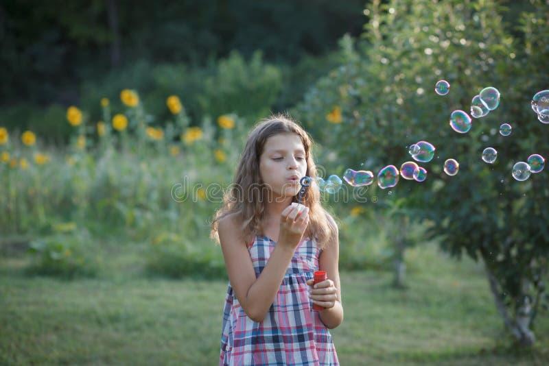 Ragazza felice con le bolle di sapone immagine stock