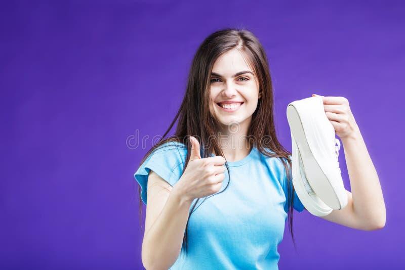 Ragazza felice con le scarpe da tennis fotografie stock