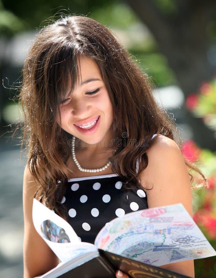 Ragazza felice con un libro fotografie stock libere da diritti