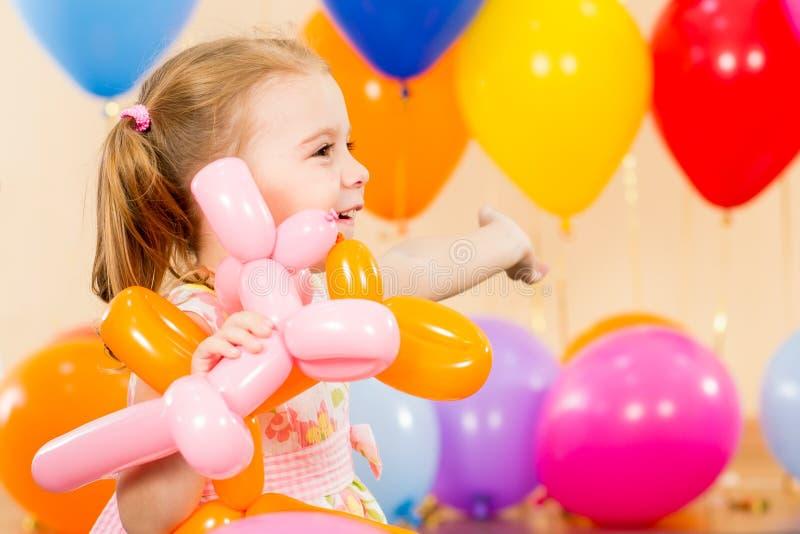 Ragazza felice del bambino con gli aerostati sulla festa di compleanno fotografie stock libere da diritti