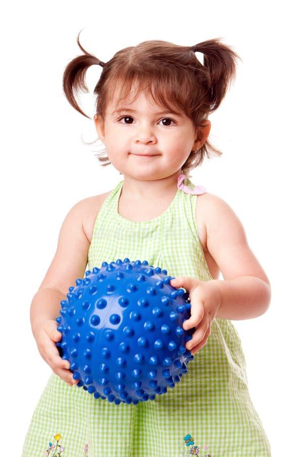 Ragazza felice del bambino con la sfera fotografie stock