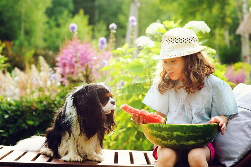 ragazza felice del bambino di estate che mangia anguria all'aperto sulla vacanza fotografia stock libera da diritti
