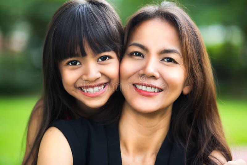 Ragazza felice del bambino e della madre fotografia stock