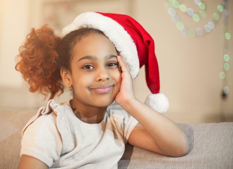 Ragazza felice del bambino in un cappello di Natale che aspetta un miracolo fotografie stock libere da diritti