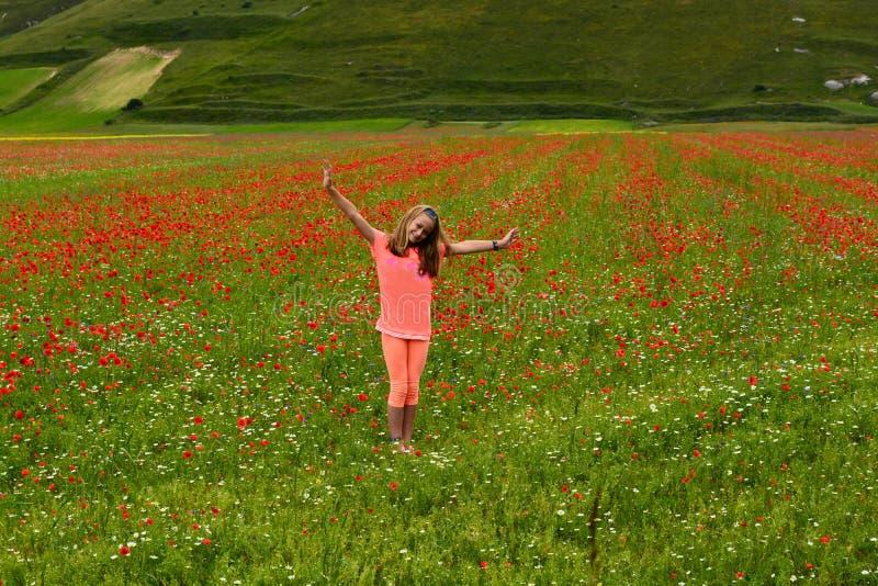 Ragazza felice dell'azienda agricola fotografia stock libera da diritti