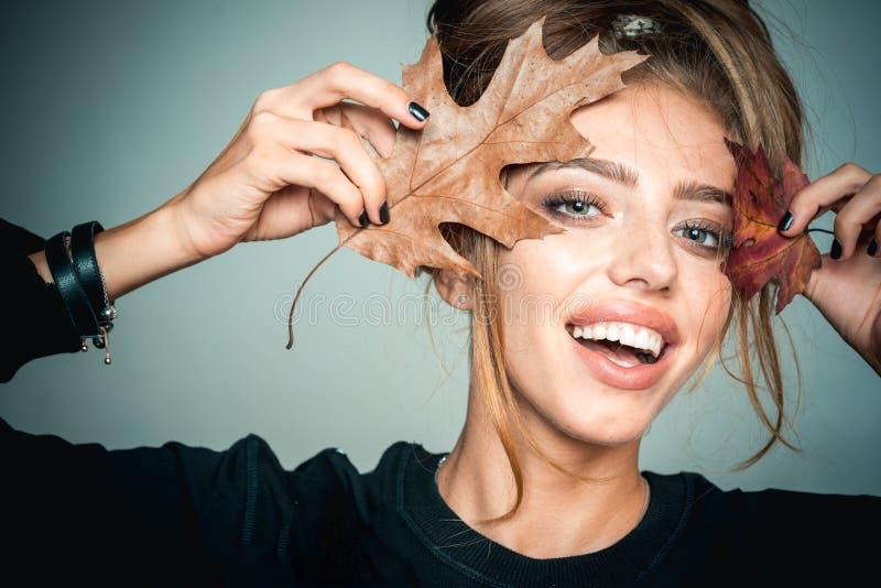 Ragazza felice e gioia di autunno Fronte di sorriso Ritratto di arte di modo di bella donna sensuale Tempo di autunno per la vend immagini stock libere da diritti