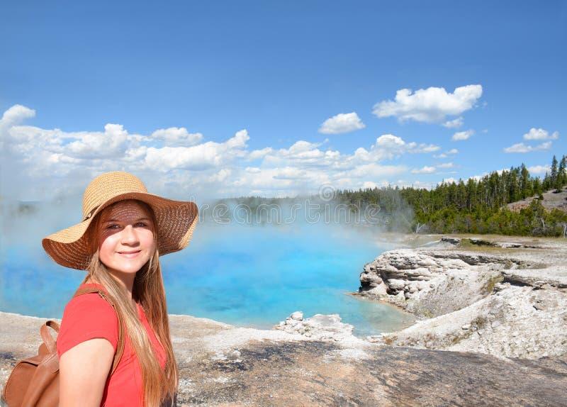 Ragazza felice e sorridente sul viaggio facente un giro turistico di estate immagine stock