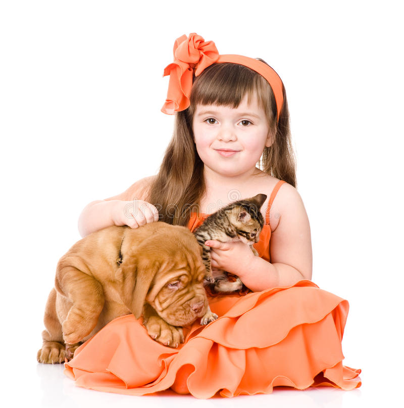 Ragazza felice ed i suoi animali domestici - un cane e un gattino Isolato su bianco fotografie stock libere da diritti