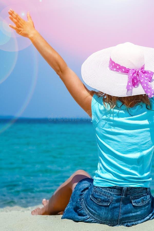 Ragazza felice in mare in Grecia sulla natura della sabbia fotografia stock