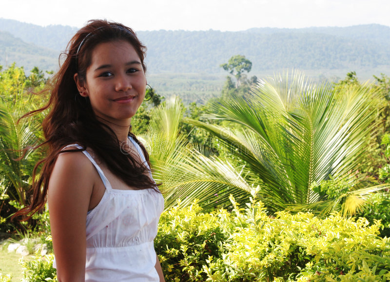 Ragazza felice nei tropici fotografia stock libera da diritti