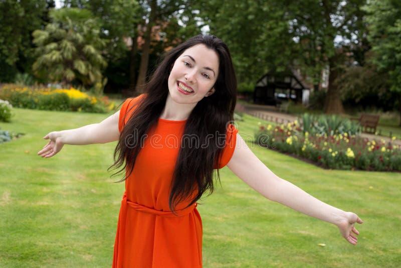 Ragazza felice nel parco immagini stock libere da diritti