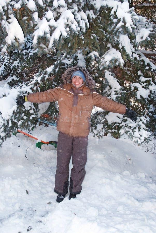 Ragazza felice nella foresta della neve fotografia stock