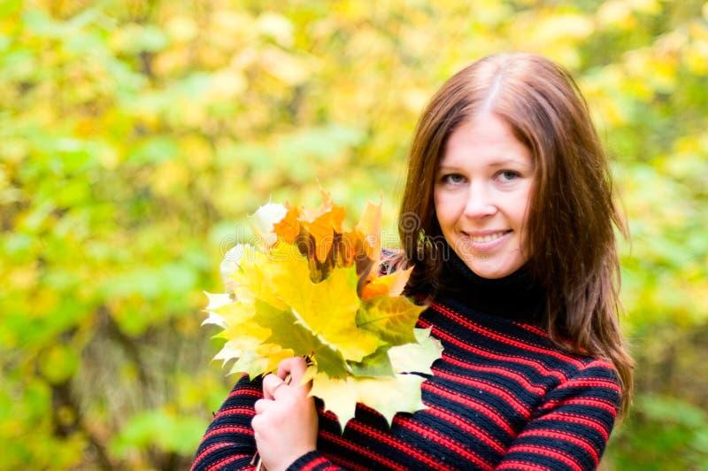 Ragazza felice nella foresta di autunno fotografia stock libera da diritti