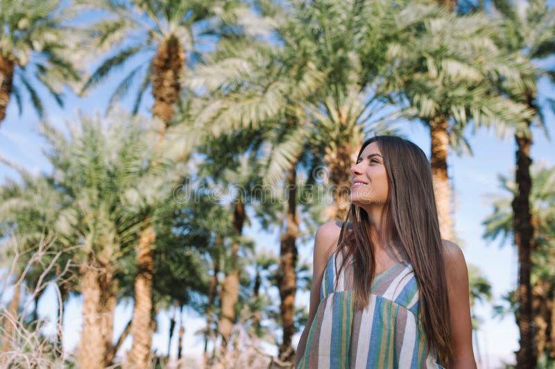 Ragazza felice nelle vacanze estive fotografie stock libere da diritti