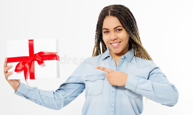 Ragazza felice nera indicata sulla scatola attuale sopra fondo bianco, feste di celebrazione immagini stock