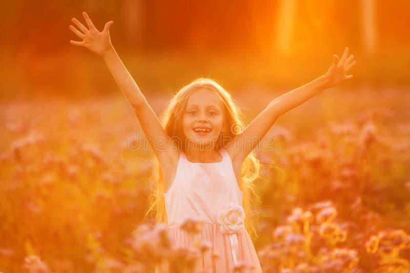Ragazza felice o estate Forest Park a braccia aperte con felicità, speranza e la vitalità immagini stock