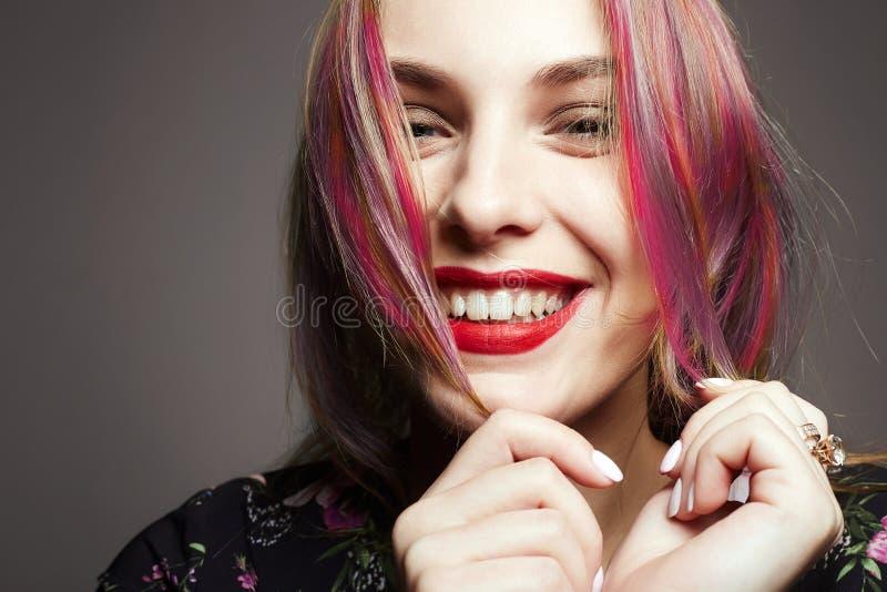 Ragazza felice sorridente con capelli tinti variopinti fotografia stock libera da diritti