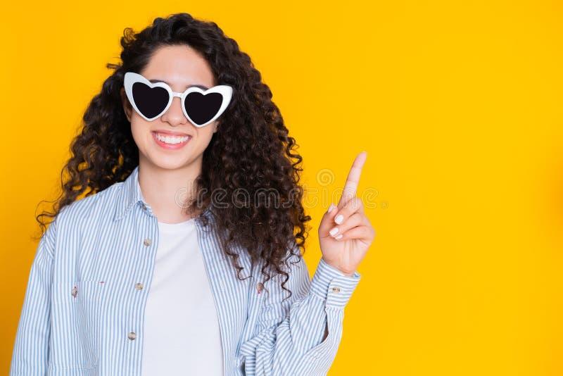 Ragazza felice sorridente dello studente che mostra gesto di Eureka Ritratto di giovane donna di pensiero di affari che ha indica fotografia stock
