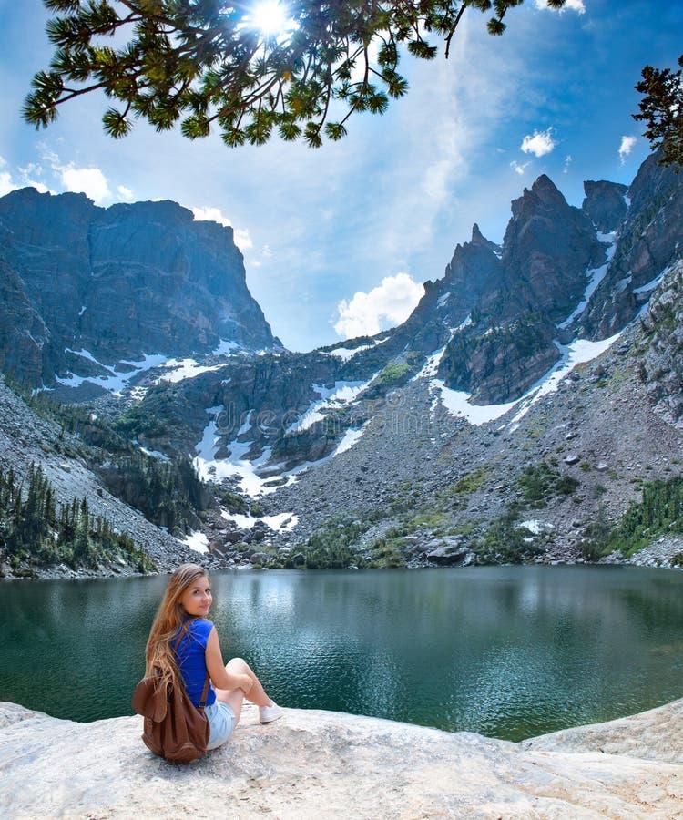 Ragazza felice sorridente sull'escursione del viaggio nelle montagne immagini stock