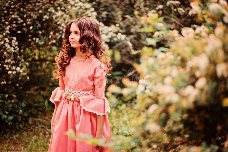 Ragazza felice sveglia del bambino in vestito da principessa di favola sulla passeggiata di estate fotografia stock