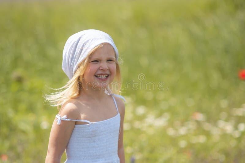 ragazza felice in un campo di fiori fotografia stock libera da diritti