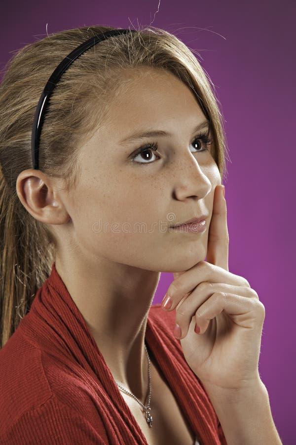 Ragazza femminile adolescente che pensa sul colore rosa fotografie stock