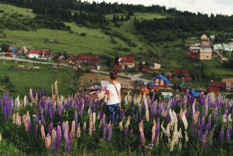 Ragazza in fiori di estate immagine stock libera da diritti