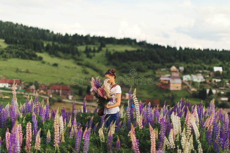 Ragazza in fiori di estate fotografia stock