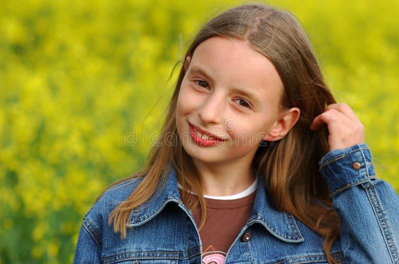 Ragazza in fiori gialli fotografia stock