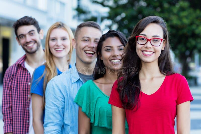 Ragazza francese con giovani gli adulti maschii e femminili nella linea immagini stock libere da diritti
