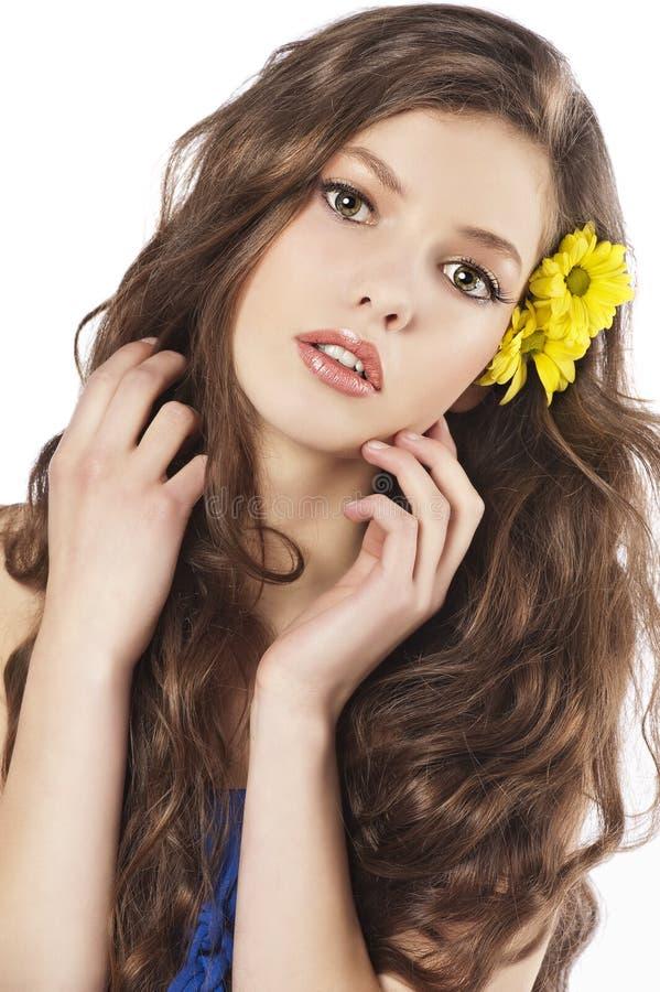 Ragazza fresca con il fiore in capelli fotografie stock libere da diritti