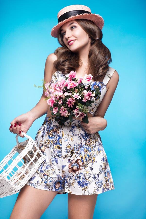 Ragazza fresca in vestito da estate, sorriso, retro stile di pin-up del cappello con il canestro dei fiori Fronte di bellezza, co immagini stock