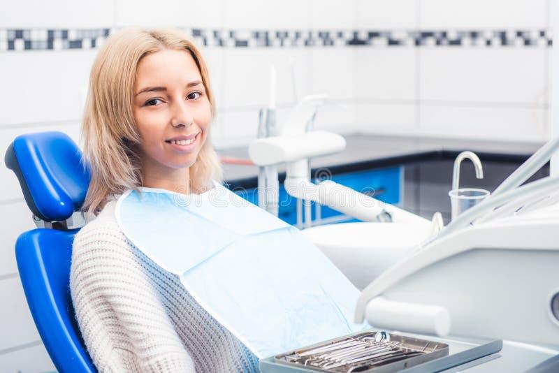 Ragazza in gabinetto di odontoiatria fotografia stock