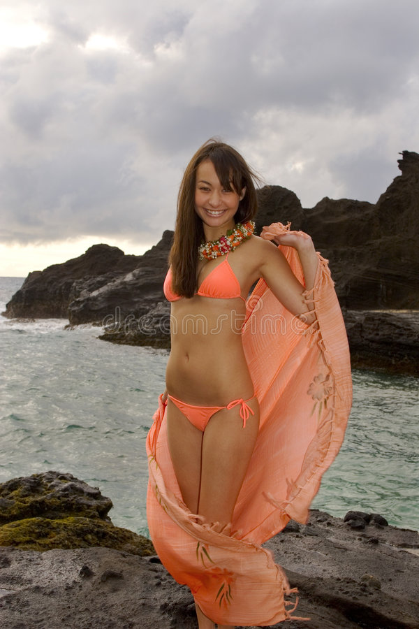 ragazza Giapponese-hawaiana su lava fotografia stock