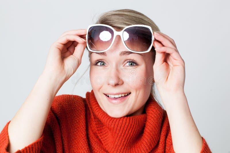 Ragazza gioiosa che gode del sole di inverno con i grandi occhiali da sole bianchi immagini stock libere da diritti